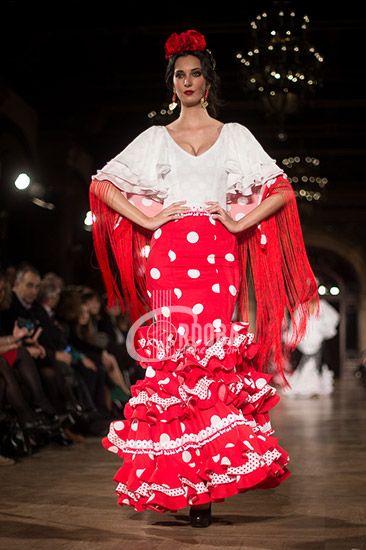 Manuela Macías ha presentado su nueva línea de flamenca en la pasarela We love Flamenco 2016. En 'Flamencas desde la cuna' la firma onubense busca la inspiración en sus orígenes, una línea de flamenca que se adapta a las tendencias actuales del traje de flamenca. Colores fuertes, fucsias verdes, morados, corales, amarillos, rojos, negros y …
