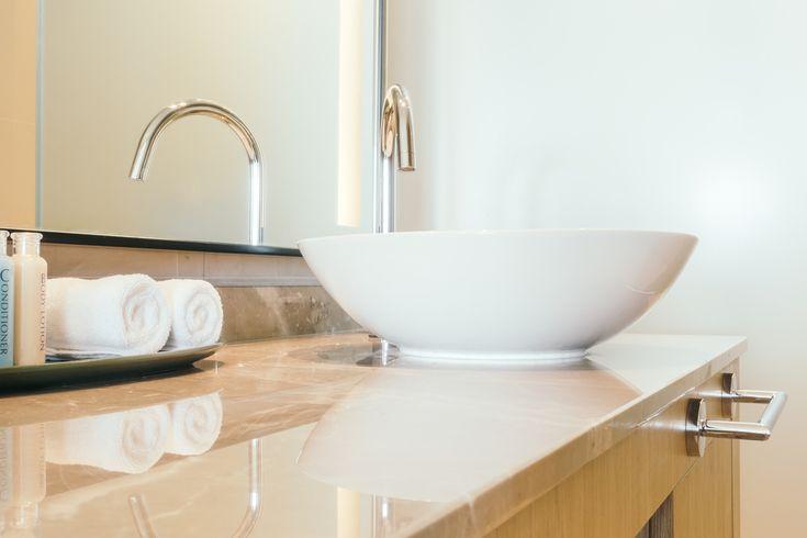 Kúpeľňa je neodmysliteľná súčasť každého domu či bytu a je využívaná dennodenne. Keďže sa chceme cítiť príjemne vkaždej miestnosti interiéru ainak tomu nie je ani vprípade kúpeľne, pri jej zariaďovaní okrem funkčnosti dbáme aj na estetickú stránku. Začíname so zariaďovaním Vprvom rade je potrebné zohľadniť fakt, či ide omalú, alebo veľkú kúpeľňu atomu prispôsobiť výber …