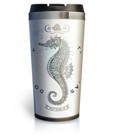Авторский рисунок в стиле дудлинг использован в качестве принта для термокружки Hippocampus из серии Salt Club 76. Морской конёк соткан в ажурный узор из тонких линий. Такой подарок в морском стиле понравится всем любителям оригинальных дизайнерских вещей и морских приключений.  #термокружка #кружка_термос #тамблер #принт #морской_стиль