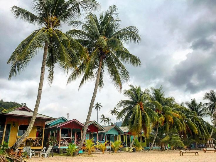 Este fue nuestro paraíso particular para despedirnos de Malasia. La playa de Juara en la Isla de Tioman. Allí dormimos en una cabañita humilde (<10 la noche) separada de las pocas pero más coloridas chozas que salpicaban la playa y donde pudimos dejarnos llevar sintiéndonos como los dos últimos seres humanos del planeta. Una maravilla! - Ahora os toca a vosotros algún recóndito paraíso que debamos conocer y visitar? Soltad prenda! - #mochileros #blogger #viaje #viajar #travelblogger #travel…