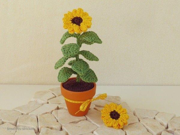 Ich finde die Sonnenblumenfelder im Herbst immer besonders schön. Leider verblühen die gekauften Blumen, auch wenn sie im Topf sind, immer sehr schnell. Daher habe ich nun eine kleine Sonnenblume gehäkelt.  Mit dieser Sonnenblume kannst du dich, oder a