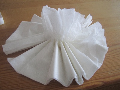 Step by step on how to make your own pom poms. Super easy. No glue or string, only two white napkins.