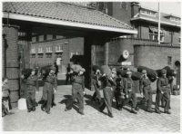 afzwaaien van soldaten Alexanderkazerne van de 158e afdeling zware luchtartillerie 1955