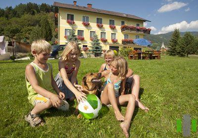 Pölzlhof - Stiermarken  Terug naar de natuur op Pölzlhof in het onvergetelijke Pölstal! Aankomen, terugschakelen, ontspannen en zich goed voelen… Breng uw mooiste dagen van het jaar door op onze boerderij en geniet vanaf begin af aan van de hartelijke en familiaire sfeer!