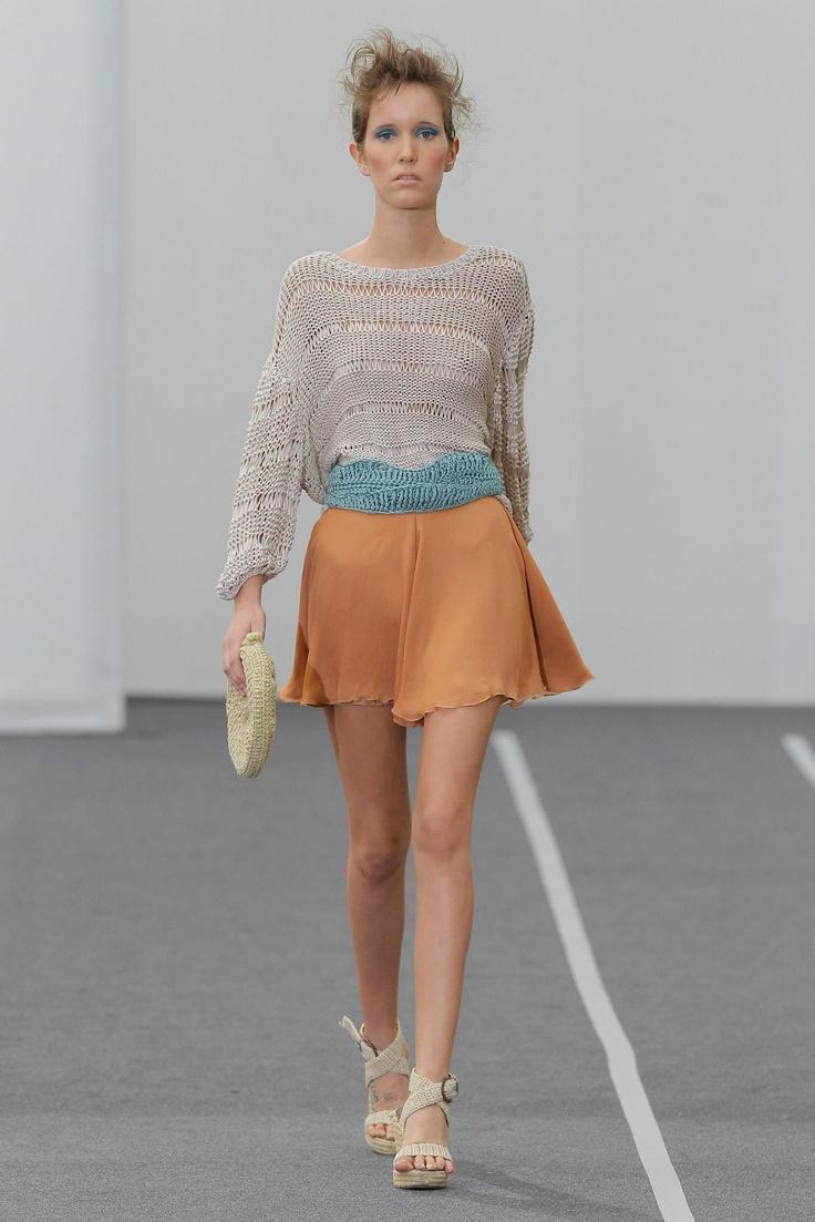 Conjunto compuesto por falda patalon de gasa y jersey de punto artesanal