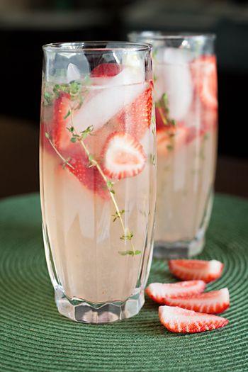キュートなストロベリータイムレモネードはいかが?砂糖1カップ、タイムの小枝8本、水1カップを沸騰させて、タイムシロップを作ります。お水か炭酸水にお好みの量のシロップとレモンの搾り汁を入れ、イチゴとタイムを飾れば出来上がり!