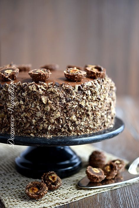 Czekoladowy tort składający się z czekoladowego ciasta przełożonego masą truflową z dodatkiem orzechów laskowych i wafelków w czekoladzie. Całość pokryta...