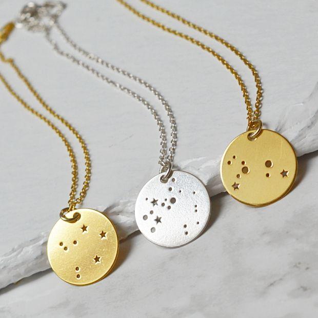 Biżuteria z konstelacjami gwiezdnymi. Zobacz na: https://laoni.pl/bizuteria-ze-znakiem-zodiaku #konstelacjegwiezdne #naszyjniki #bransoletki #złote #srebrne