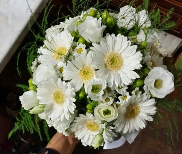 bouquet Sposa...bacche verdi...gerberine..camomilla e lisianthus...