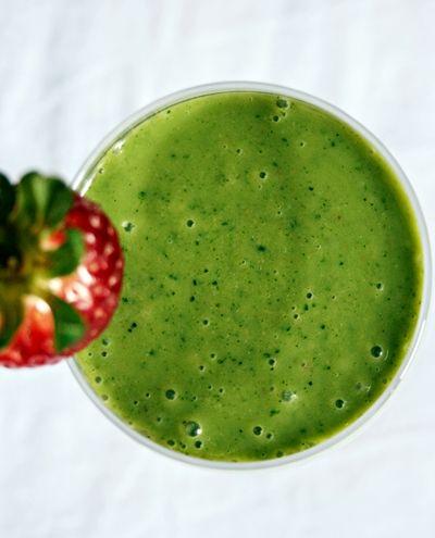 Noi ci prepariamo questo sanissimo frullato verde con cavolo nero. Voi