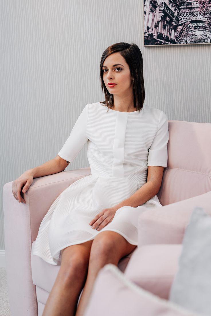 Az egyedi szabásvonalakkal tervezett ruha tökéletes választás ünnepi alkalmakhoz vagy olyan programokhoz, ahol elvárt az elegáns megjelenést. A ruhát a kif...