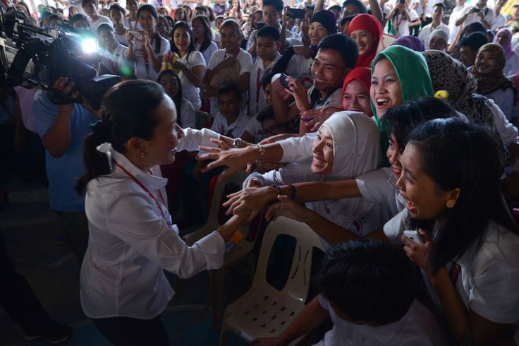 Students from the Batangas State University welcome presidential candidate Sen. Grace Poe in Lipa City on Friday. Poe and running mate Sen. Chiz Escudero made rounds in several schools in Lipa C...