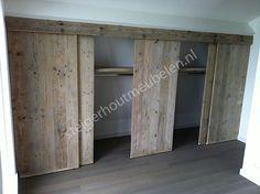 Sowas geht auch mit IKEA. Korpus Pax und dann vom Schreiner die Türen gefertigt... ist eine sehr schöne Individualisierung.