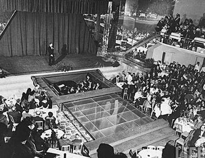 O Cassino da Urca lançou Carmen Miranda, atraiu vedetes e figurões. O cassino era dividido em dois prédios: um de shows e outro de jogos .O de trás também possuía alguns quartos -  remanescentes do hotel - e o prédio da frente abrigava o salão de jogos, com direito a salas reservadas para grandes apostas e três grandes salões com vista para a praia. Os frequentadores dessa área chegavam de bonde, desciam na avenida Pasteur e caminhavam cerca de 1 quilômetro.