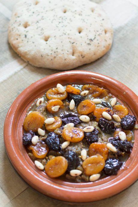 Recept voor de klassieke Marokkaanse tajine met lamsvlees, abrikozen en pruimen. Een eenvoudig recept en een heerlijk gerecht met zoet-hartige smaken.