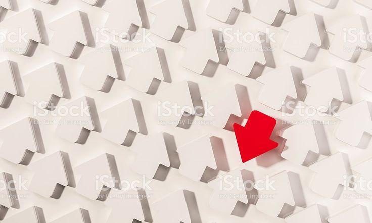 Para fora em pé seta vermelha em grupo de Branco setas foto royalty-free