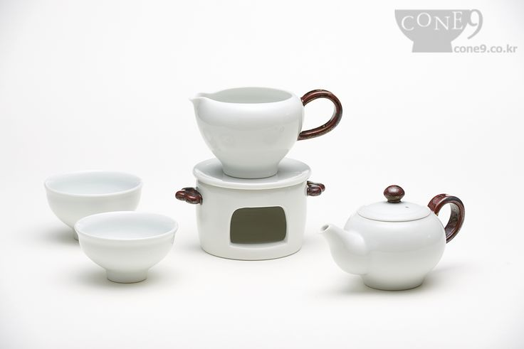 TEAWARE   by Hyeon-mi So, Korea / 2015  White kaoline / Transparent glaze / reductive firing  http://cone9.co.kr/product/detail.html?product_no=396&cate_no=24&display_group=1