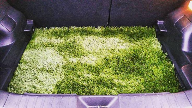 Kunstgras enkel in de tuin? Nee toch, neem het gewoon mee in je wagen :-) Het gras is groener in de koffer!  #Kunstgras #Koffermat #DIY #VDKunstgrassen #VDLandscaping #NissanJuke #Trunkliner #GrasIsGreenerInTheTrunk