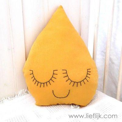 Dit schattige drupje maakt een kinderkamer helemaal af!  Het kussen is gemaakt van een zachte okergele stof en heeft dromerige gesloten oogjes en een mondje, genaaid met grijs katoendraad. www.lieflijk.com