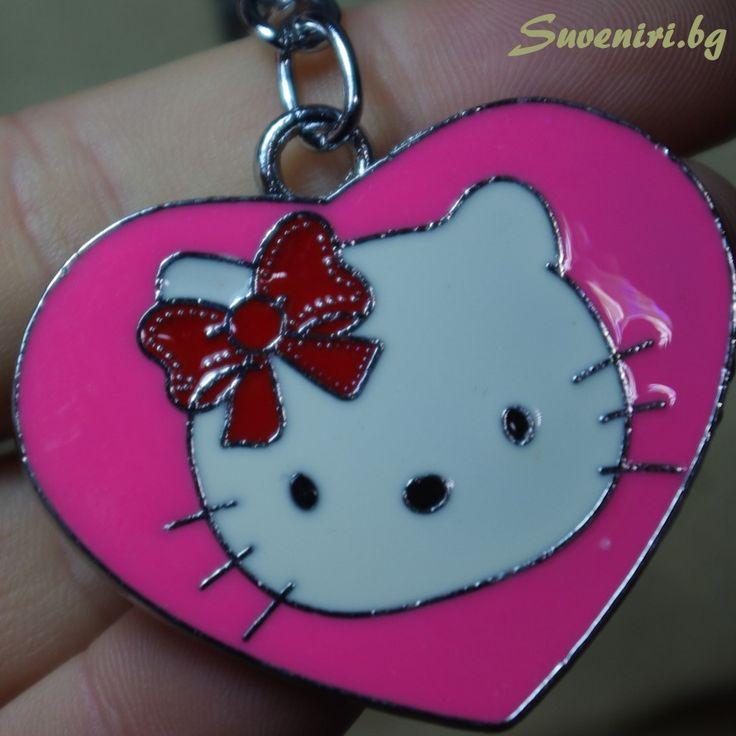 Хелоу Кити - котенце в сърчице, ключодържател, изработен от парче метал, с едно лице.  Розов, подходящ за момиченца, обичащи Hello Kitty  Хелоу Кити (на английски: Hello Kitty, (на японски: ハローキティ Harō Kiti) е най-известната измислена героиня на японската компания Санрио. Името означава бу