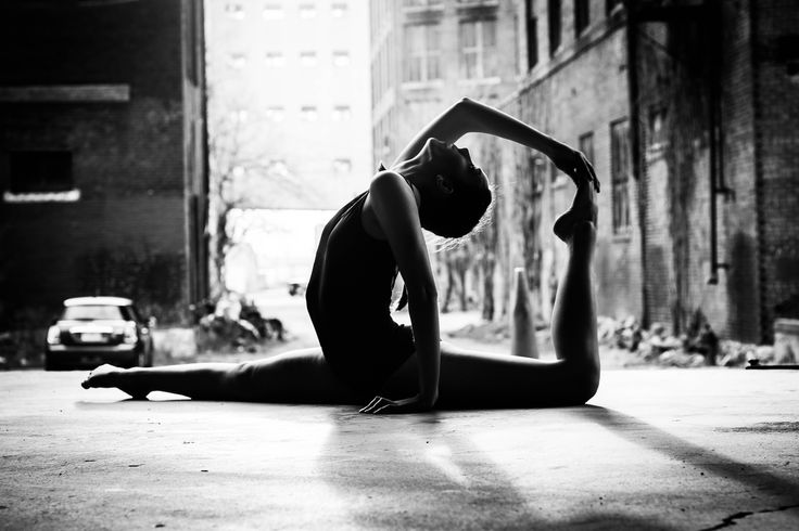 Black and white, outdoor photography, natural light, urban photography, urban photo shoot, Senior Photo, dancer, dance Photography