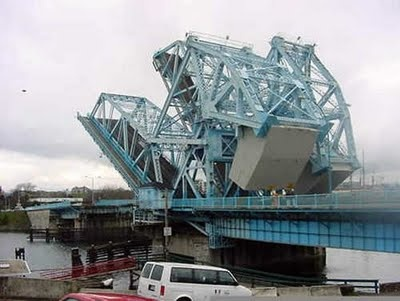 Do they have a strange bridge here! Blocks of concrete are lowered to get the bridge open