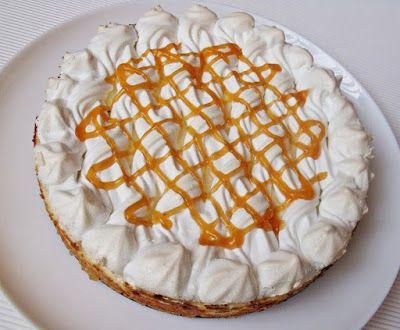 Hozzávalók: 24 cm-es kapcsos tortaformához A tésztához 150 g liszt 50 g vaj 50 g cukor 1 tojássárgája 60 g tejföl 1/2 csomag sütőpor 1…
