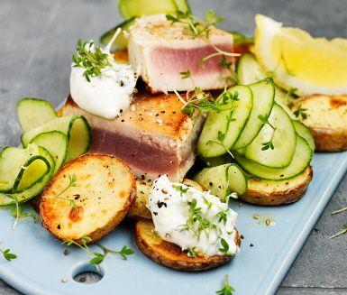 Vit tonfisk med gurksallad och krasse är en rätt som riktigt smälter i munnen. Tonfisken steks hastigt så endast en stekyta bildas. Citronsåsen som är ett av tillbehören bidrar till en syrlig upplevelse ihop med resten. Servera tonfisken med frasig potatis, sås, citronklyftor och gurka.