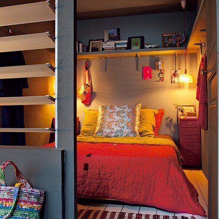 Dans cette petite chambre, des étagères hautes et, en dessous, des patères ont été installées pour gagner de la place et accrocher des sacs, des petits objets.