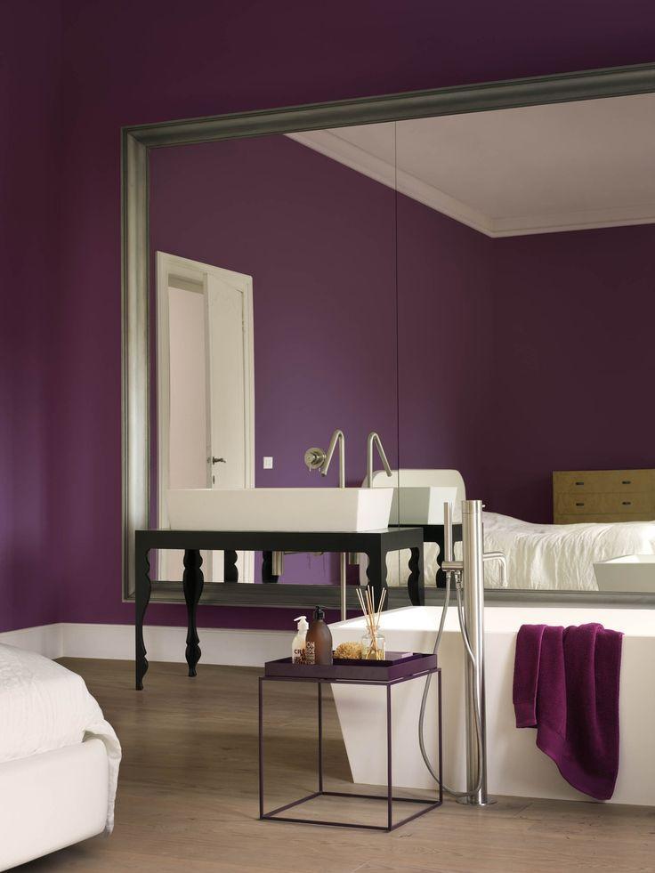 In deze badkamer ben jij de parel. De muren in Creations 'Royal Intrigue' geven je het luxegevoel van een theater, gracieus afgewerkt met plinten in Creations 'Vanilla Cream'. Hier – voor de spiegel, omlijst met Creations Metallic 'Buckle Up' – maak je je klaar voor het schouwspel van de dag