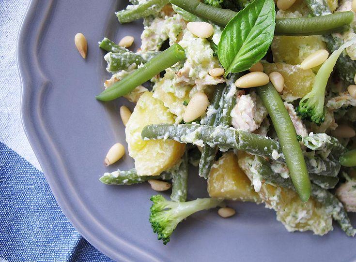 Cartofi aburind, legume verzi preparate al dente, carne fragedă de curcan la grătar, un dessing cremos și câțiva muguri de pin, iată ingredientele pentru o salată consistentă și delicioasă de care te poți bucura, indiferent de sezon.