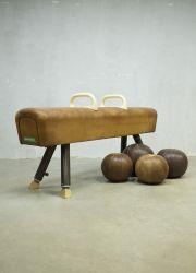 Vintage gym paard turn bok, vintage gymnastic horse, vintage leather medicine ball www.bestwelhip.nl