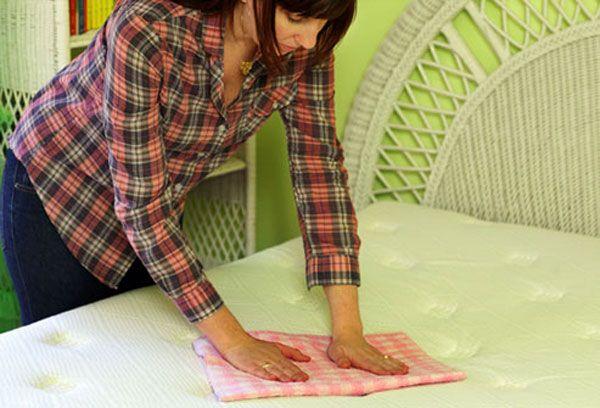 Υγεία - Το ότι αλλάζουμε τακτικά σεντόνια στο κρεβάτι, δεν αρκεί για να εξασφαλίζουμε την καλύτερη δυνατή υγιεινή του. Χρειάζεται και το στρώμα καθάρισμα και μάλισ