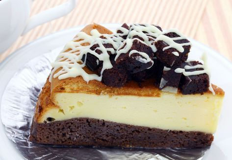 Greu gasesti o prajitura intr-o combinatie mai buna: negresa densa si cu gust bogat, cu un strat generos de cheesecake cremos. Contrastul dintre cele doua straturi nu e doar vizual, gustul e unul exceptional.