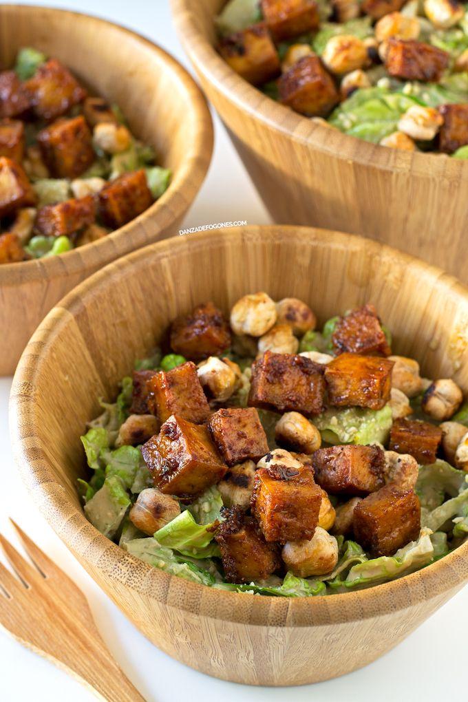 Esta ensalada César vegana es una de mis ensaladas preferidas. Es una receta un poco elaborada pero merece la pena el esfuerzo porque está muy rica.