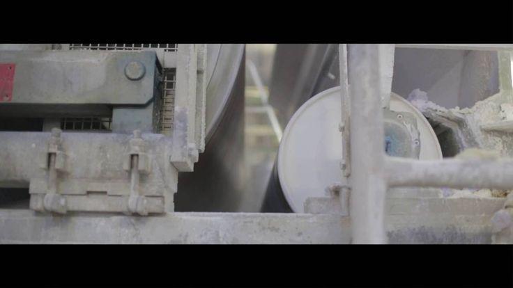 Lavorare la carta è un arte e Favini lo sa bene. Guardate questo incredibile video in cui una artista lavora la carta Remake, fatta con residui di pelle #upcycling #remake
