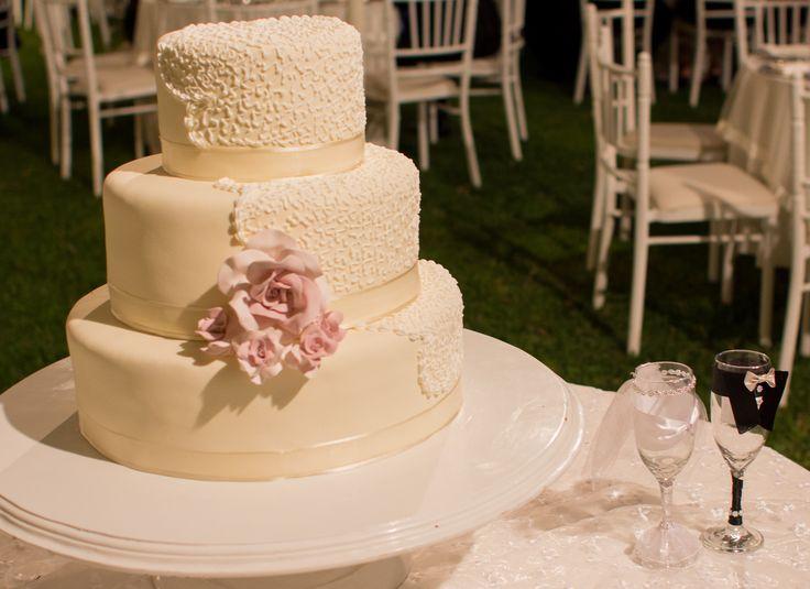 torta sencilla con detalle alto relieve que combina con vestido de encaje de novia boda