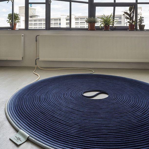 Fervent Carpet van Studio Siem Pabon Om huisstofmijt tegen te gaan voor mensen die last hebben van astma ontwikkelde Siem dit tapijt dat je kunt verwarmen. Door het eens in de twee maanden te verwarmen tot 60 graden worden alle huisstofmijten gedood. Waardoor mensen met een gevoelig immuunsysteem weer kunnen genieten van dit tapijt. Het tapijt heeft een gesloten systeem en sluit je zo aan op een radiator.
