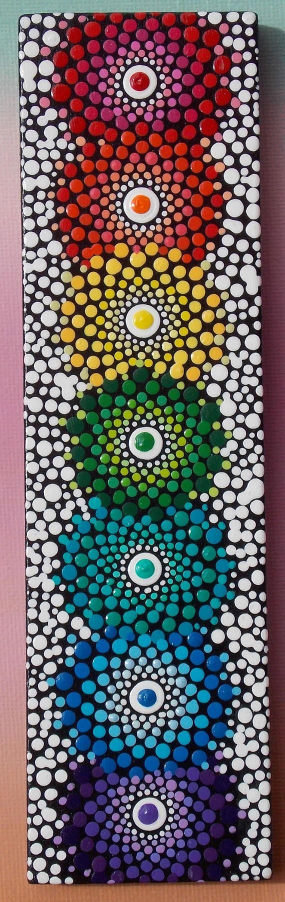Punto de Chakra Mandala pintura sobre bloque de madera ~ ~ ~ viene con caballete para la exhibición Esta pintura mini es perfecta para espacios de meditación o añadiendo un arco iris de color y vitalidad a cualquier espacio. Pintado de 2 pulgadas por 7 pulgadas bloque de madera. Cada color en hermosos tonos a partir de un centro de luz y de la radiación hacia fuera con puntos más grandes para crear un arco iris de mandala de punto. Un fondo negro brillante y blanco acento puntos realmente…