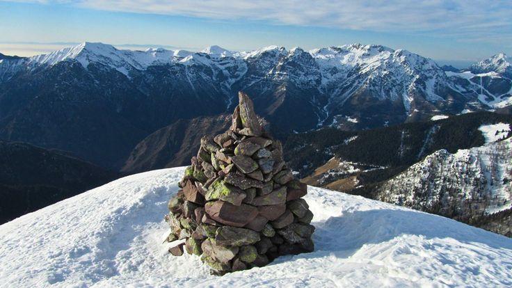 Ometto sulla cima del Monte Avaro con sullo sfondo il Baciamorti, Sodadura, Zuccone