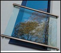 Monteringsbeslag til fransk altan beslag fra Q-Ralling i 316 Rustfrit stål. 4 stk beslag til vægmontage. Passer til Q-Rallings håndliste Ø42,4mm som købes separat til top og bund af glasset. Passer til 8,76-21,52 mm tykt glas som også købes separat i længder af 2,5 eller 5 meter 1 sæt består af 2 stk 14.6507.042.12 og 2 stk 14.6508.042.12 (2 til toppen og 2 til bunden af afskærmningen).