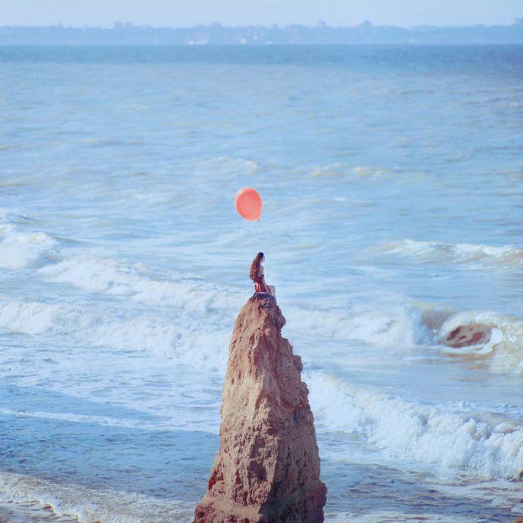 Il utilise un vieil appareil photo argentique pour créer de sublimes clichés surréalistes