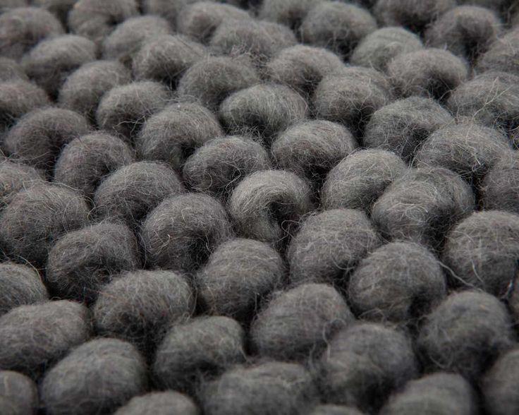 Dejligt blødt og håndlavet uld loop tæppe fra Indien, som du vil elske at sætte dine fødder på! Her ses modellen Aarush i en flot grå farve. Pris fra 149 kr og opefter alt efter størrelse. Se flere billeder og få mere information på vores hjemmeside:  http://www.sukhi.dk/rektangel-aarush-uld-loop-taepper.html