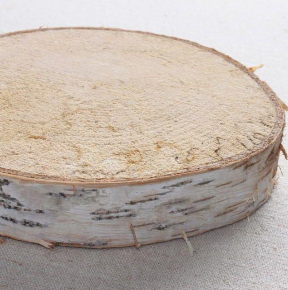 直径15-25cmほどの丸い板です。木の種類は白樺の木です。周りに樹皮がついています。アウトレット商品です。