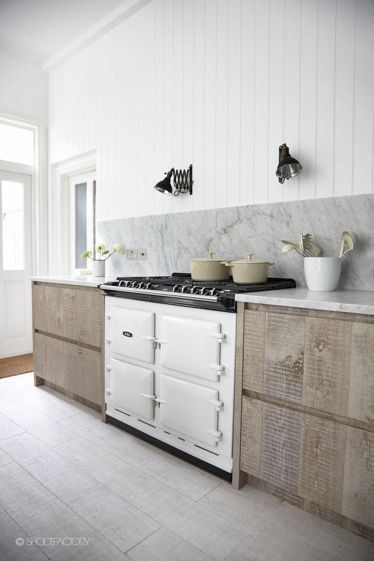 Keukenblad, wit marmer, kitchen, white marble, wood, hout Je leest het op http://www.stijlhabitat.nl/wit-marmer-in-de-keuken/