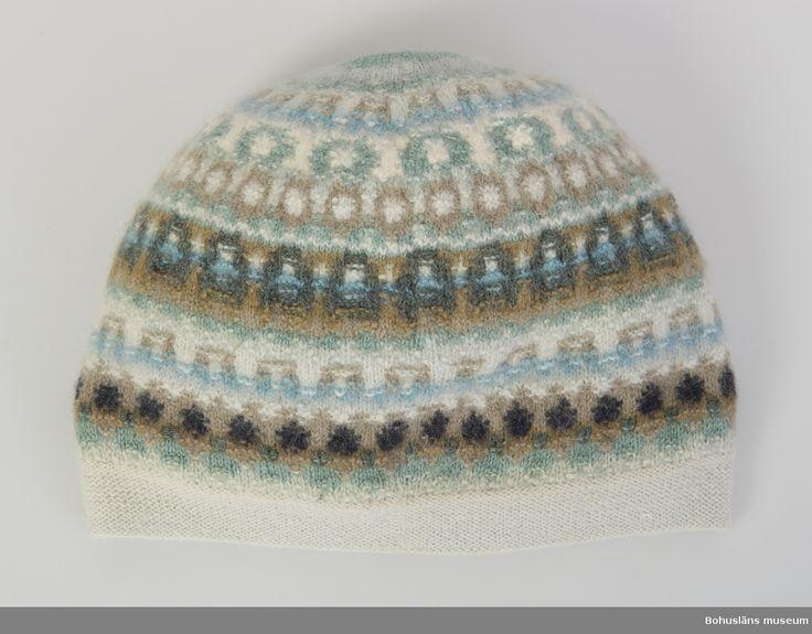 """Mönstret """"Bleka skimret"""" 1959 formgiven av Annika Malmström-Bladini.  Inköpt av brukaren (mor till givaren) på 1960-talet.  Samma mönster i jumper UM016359 och scarf UM016381.  Mössa i sotarmössamodell i mönstret Bleka skimret av Annika Malmström Bladini."""