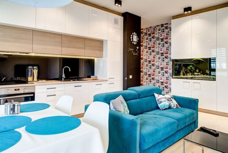 Salon połączony z kuchnią. Otwarta przestrzeń w której znalazło się miejsce na aneks kuchenny, stół jadalniany z kompletem krzeseł oraz sofę do wypoczynku.