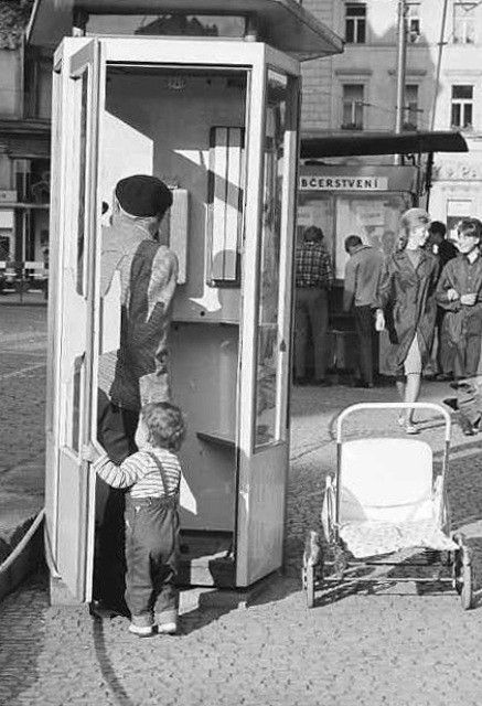 Telefonující dítě (3926), Praha, červenec 1965 • |black and white photograph, Prague|
