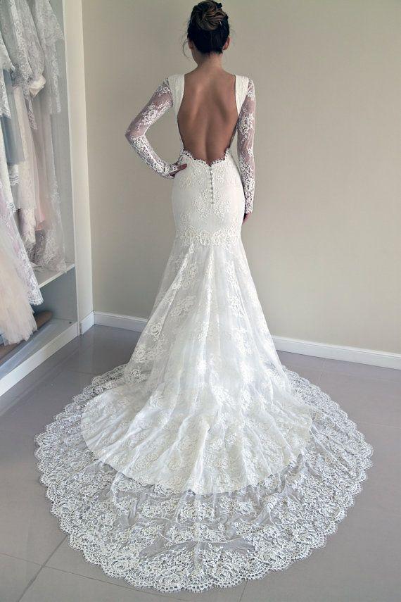 Vestido de noiva de renda, modelagem sereia, decote nas costas e cauda média. Perfeito para usar com cabelo preso.