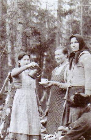 Pohjanmaan tytöt vappua viettämässä vuonna 1936. Kuvan on ottanut Niilo Huitula. KUVA ON LÄHETETTY HELSINGIN SANOMIEN KUUKAUSILIITTEEN JA POSTIN MUISTIKUVIA SUOMESTA -KILPAILUUN.